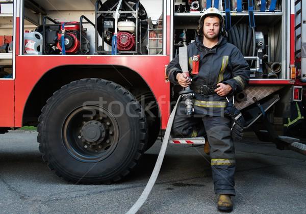 Brandweerman vrachtwagen uitrusting water schouder gebouw Stockfoto © Nejron