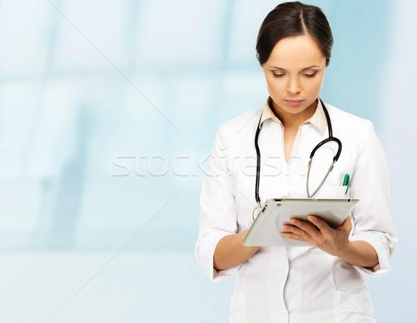Fiatal barna hajú orvos nő jegyzetel táblagép Stock fotó © Nejron