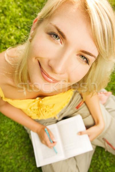 Divertente grandangolo ritratto lettura libro Foto d'archivio © Nejron