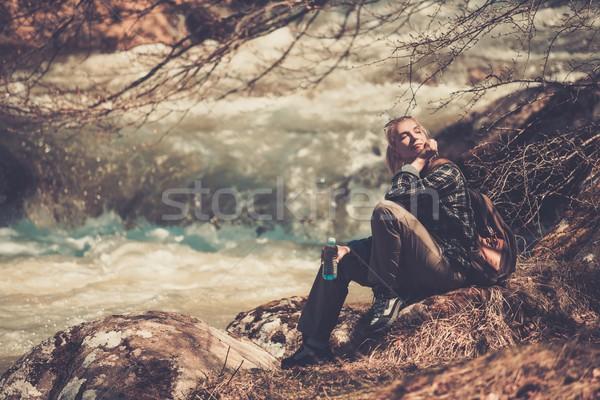 Foto d'archivio: Giovani · escursionista · donna · seduta · veloce · fiume