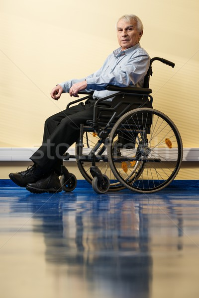 Foto stock: Senior · homem · cadeira · de · rodas · casa · de · repouso · trabalhar