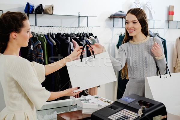 Szczęśliwy klienta torbę na zakupy moda showroom ceny Zdjęcia stock © Nejron