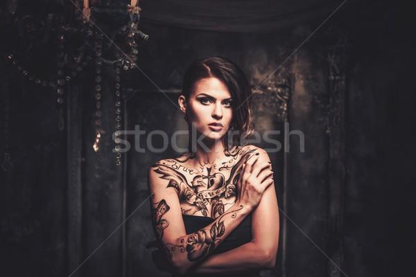 Wytatuowany piękna kobieta starych wnętrza dziewczyna Zdjęcia stock © Nejron