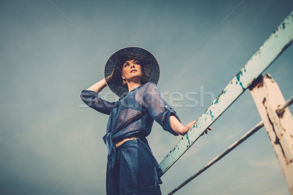 Elegáns nő fehér kalap áll öreg Stock fotó © Nejron