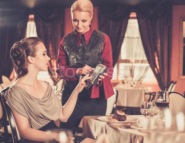 Belle jeune femme payer carte restaurant alimentaire Photo stock © Nejron