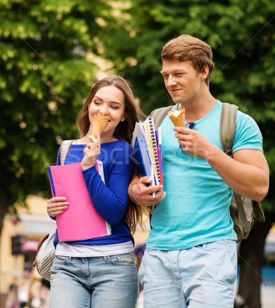 Hermosa estudiantes Pareja comer helado aire libre Foto stock © Nejron