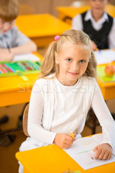 Küçük öğrenci oturma arkasında okul büro Stok fotoğraf © Nejron