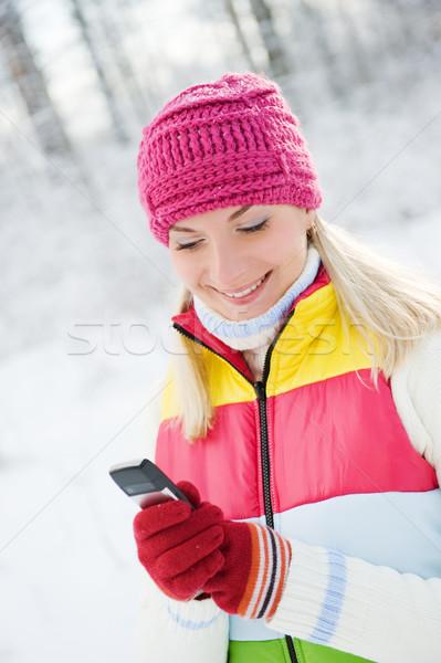 Gyönyörű fiatal nő olvas sms mobiltelefon nő Stock fotó © Nejron