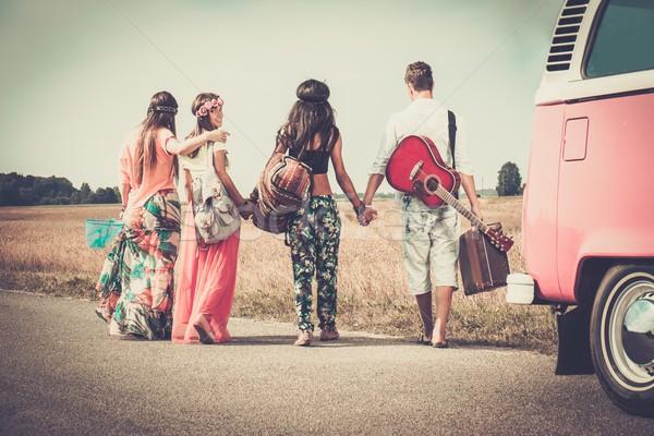 Hippie amigos guitarra equipaje mujer Foto stock © Nejron