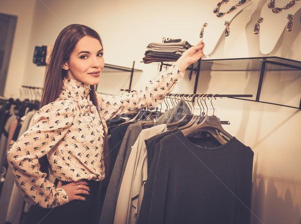 Genç kadın bakıyor takı showroom kadın alışveriş Stok fotoğraf © Nejron