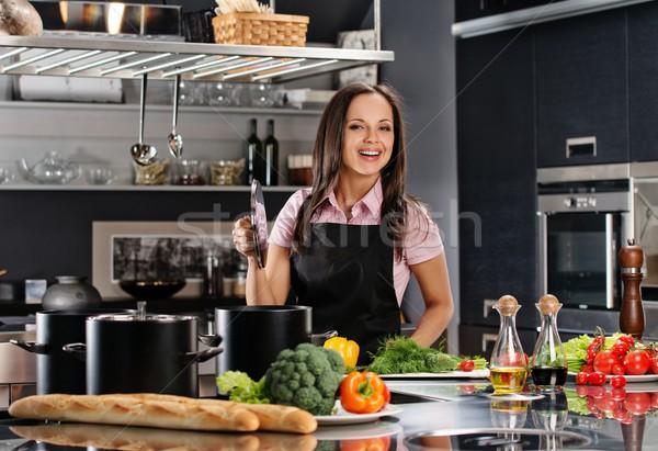 Jeune femme tablier modernes cuisine Photo stock © Nejron