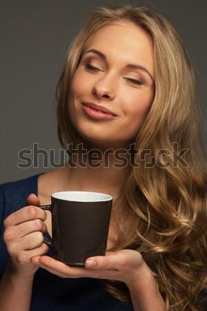 Positif jeune femme cheveux longs yeux bleus tasse Photo stock © Nejron