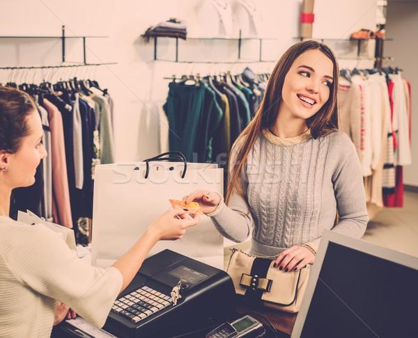 Zdjęcia stock: Szczęśliwy · kobieta · klienta · karty · kredytowej · moda