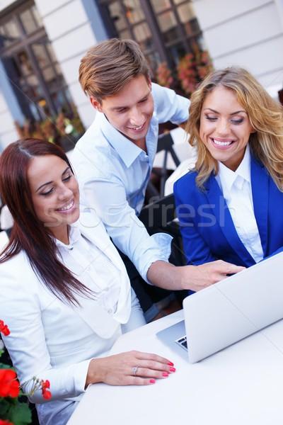 Stockfoto: Jongeren · laptop · bespreken · iets · zomer · cafe