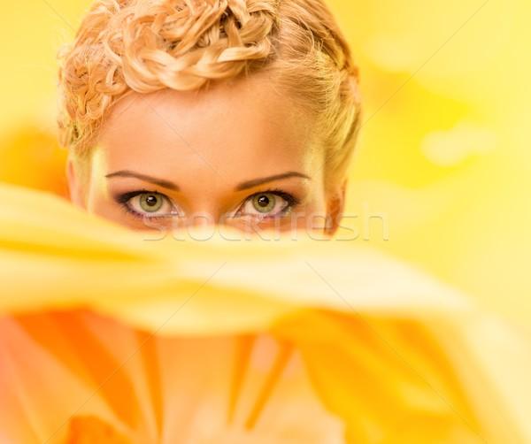 Schönen versteckt hinter groß gelbe Blume Stock foto © Nejron