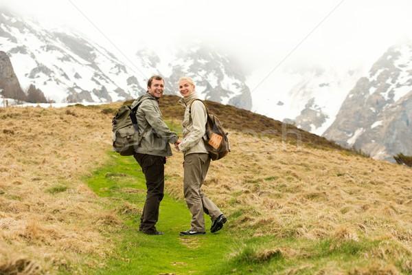 Foto d'archivio: Felice · giovani · escursionista · Coppia · montagna · mani