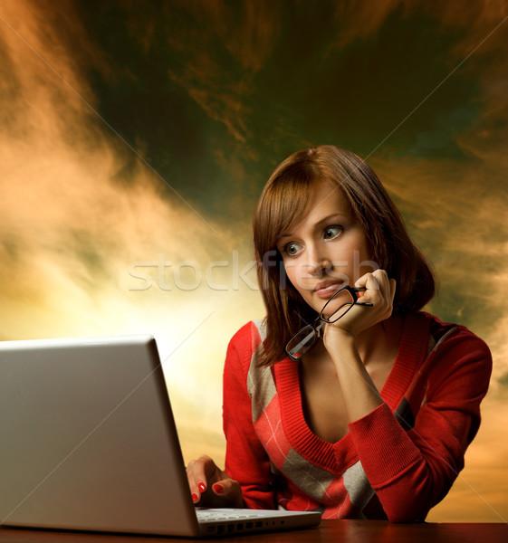 Gyönyörű fiatal nő dolgozik laptop menny mögött Stock fotó © Nejron