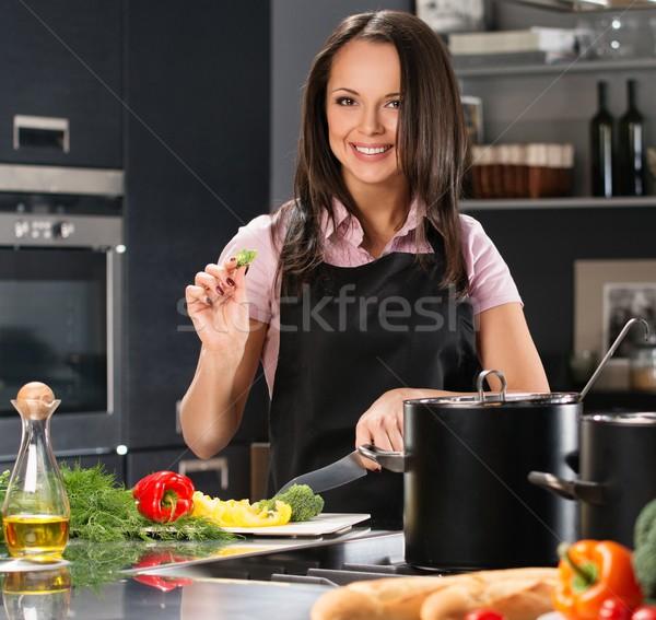 Wesoły młoda kobieta fartuch nowoczesne kuchnia cięcie Zdjęcia stock © Nejron