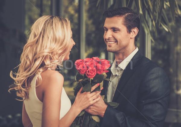 Yakışıklı adam kırmızı gül kalma bayan kadın Stok fotoğraf © Nejron