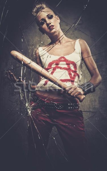 Foto stock: Punk · nina · detrás · vidrios · rotos · bate · de · béisbol · cara