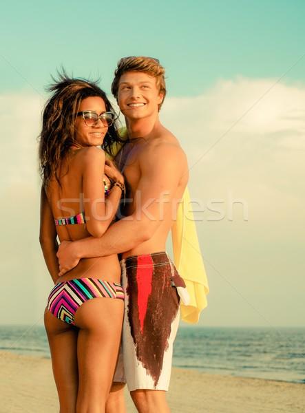 Többnemzetiségű fiatal pér tengerpart lány mosoly férfi Stock fotó © Nejron