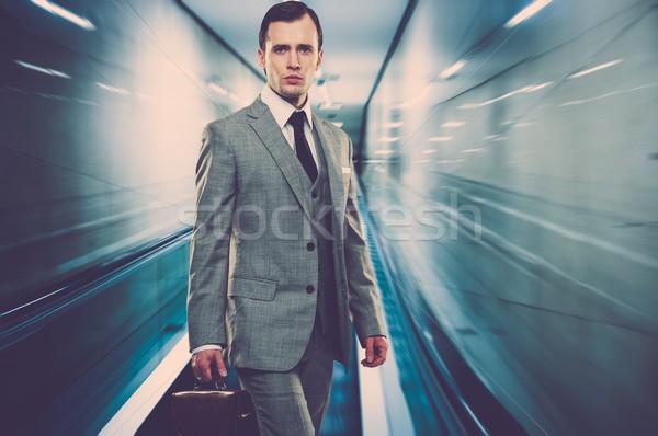 Man klassiek grijs pak aktetas permanente Stockfoto © Nejron