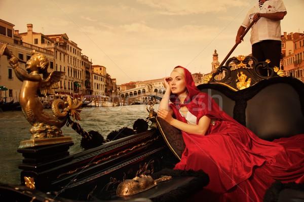 Nő piros köpeny lovaglás épület város Stock fotó © Nejron