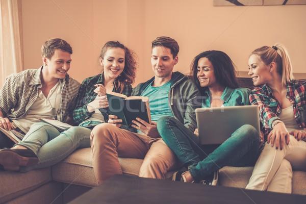 Csoport többnemzetiségű fiatal diákok vizsgák otthon Stock fotó © Nejron