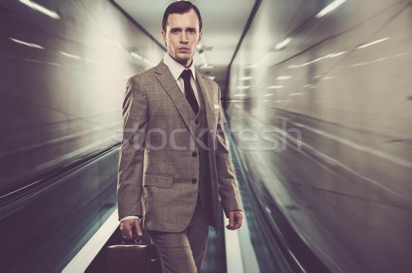 Homme classique gris costume serviette permanent Photo stock © Nejron