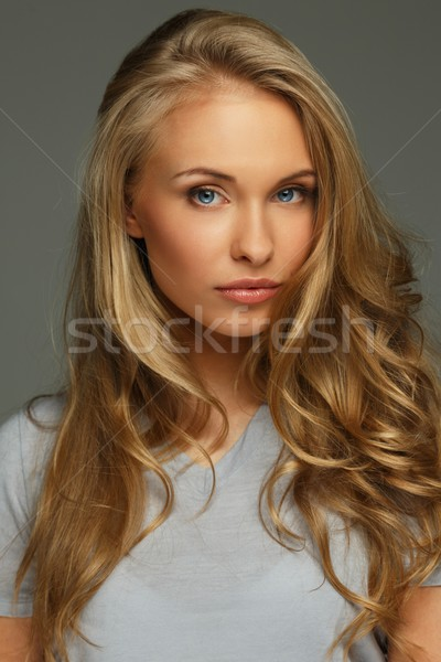 Positivo mulher jovem cabelos longos olhos azuis mulher sorrir Foto stock © Nejron