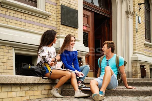 Csoport többnemzetiségű diákok egyetem épület bejárat Stock fotó © Nejron