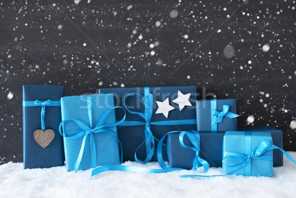 Niebieski christmas prezenty czarny cementu ściany Zdjęcia stock © Nelosa