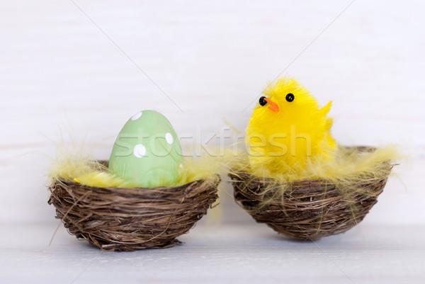 Egy zöld húsvéti tojás citromsárga csirke fészek Stock fotó © Nelosa