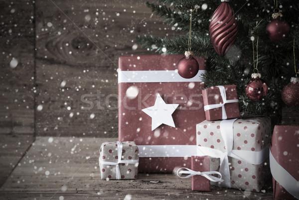 Nostalgisch kerstboom presenteert sneeuwvlokken geschenken Stockfoto © Nelosa