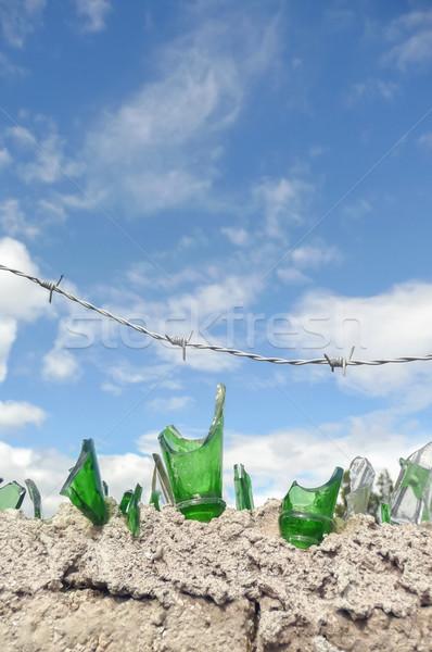 割れたガラス 有刺鉄線 セキュリティ 壁 ガラス ボトル ストックフォト © nelsonart