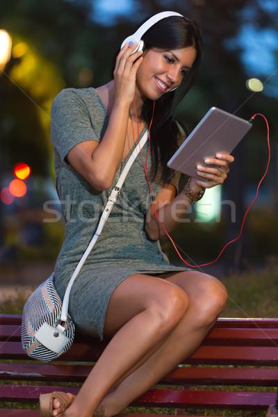Mooi meisje luisteren naar muziek City Night portret muziek glimlach Stockfoto © nenetus