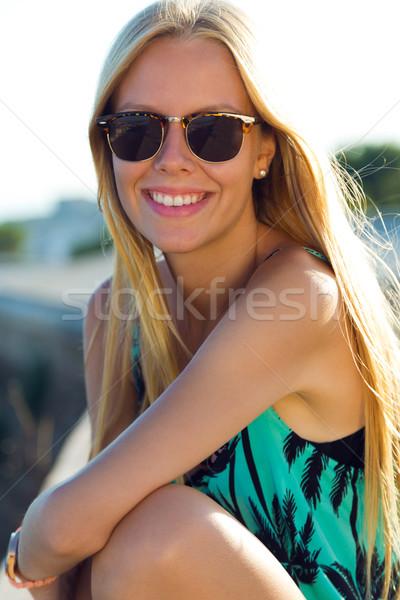 Bastante menina sessão telhado ao ar livre Foto stock © nenetus