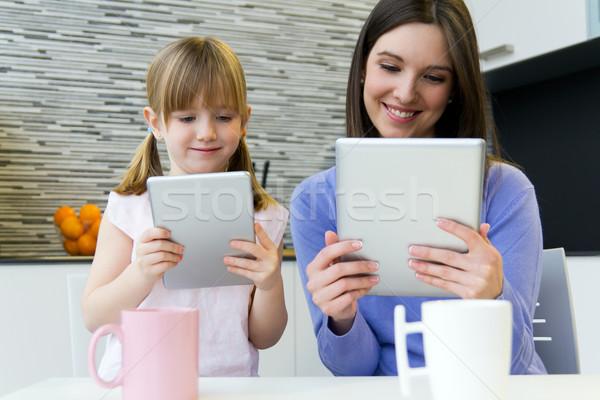 Foto stock: Mãe · filha · digital · comprimido · cozinha · retrato