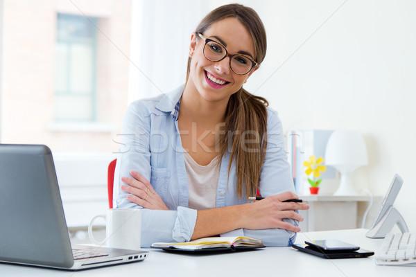 Csinos fiatal nő dolgozik iroda portré internet Stock fotó © nenetus