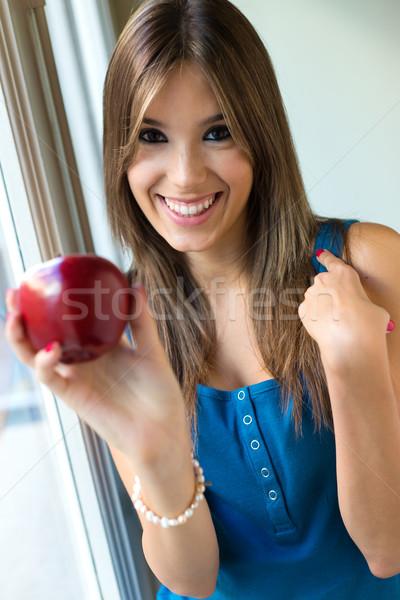 Mujer hermosa manzana roja casa retrato nina alimentos Foto stock © nenetus