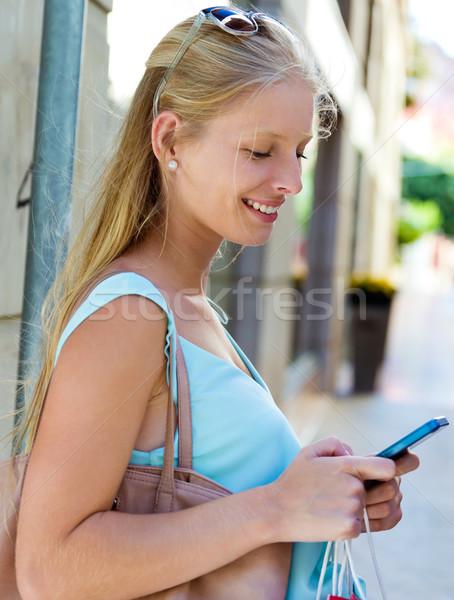 Mooie jong meisje smartphone portret glimlach Stockfoto © nenetus