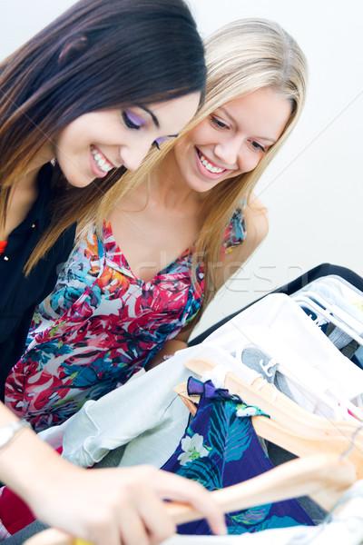 Photo stock: Deux · jeunes · amis · regarder · vêtements · magasin
