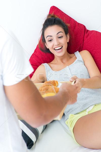 Aandachtig man ontbijt vriendin portret bed Stockfoto © nenetus