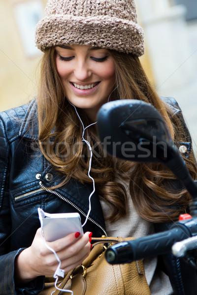 Foto stock: Mulher · jovem · motocicleta · rua · móvel · retrato · telefone · móvel