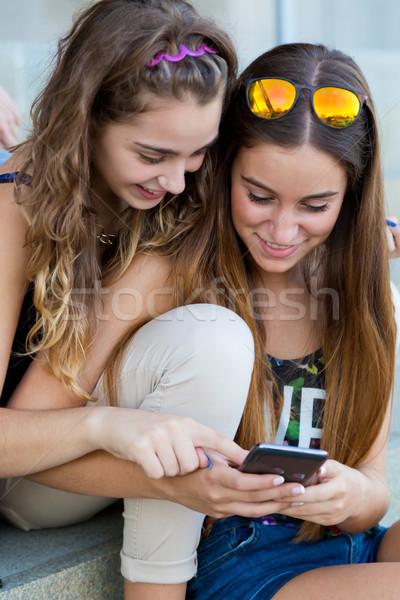Dois estudantes smartphones classe retrato Foto stock © nenetus