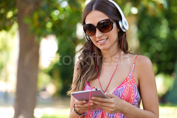 Jonge mooi meisje luisteren naar muziek digitale tablet portret Stockfoto © nenetus