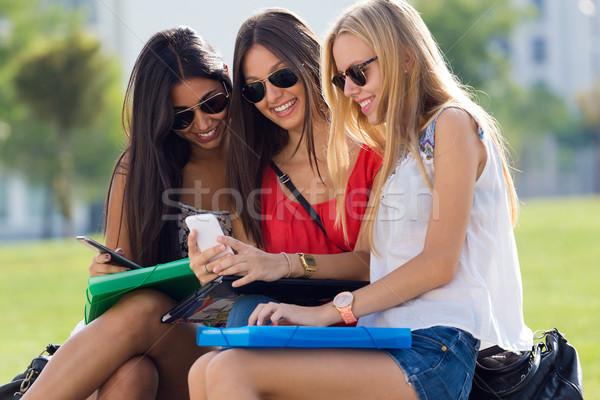 3  女の子 スマートフォン キャンパス 肖像 ストックフォト © nenetus