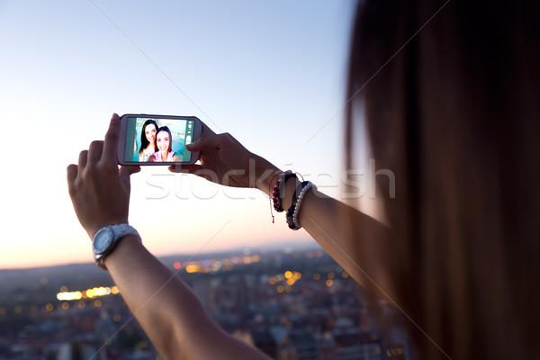 Stock fotó: Gyönyörű · lányok · elvesz · tető · naplemente · szabadtér