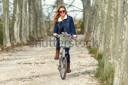 Mooie jong meisje paardrijden fiets bos outdoor Stockfoto © nenetus