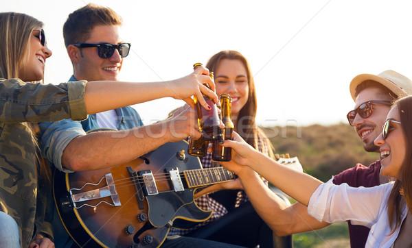Retrato grupo amigos garrafas cerveja Foto stock © nenetus